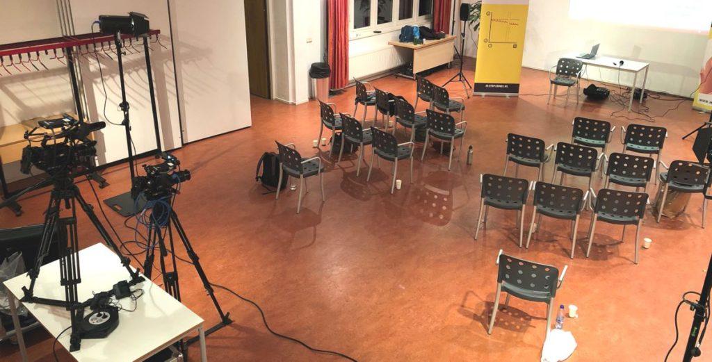 Livestream in een zaal in Amsterdam.